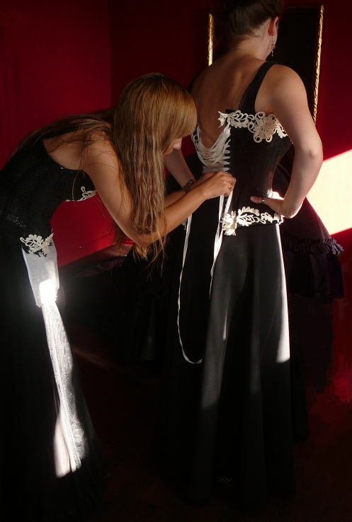 Anprobe von Dienstmädchen Kostümen