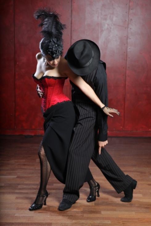 Cindy im Tangokorsett von Beata Sievi und Tangolehrer Silvio Grand posieren für Giorgio von Arb