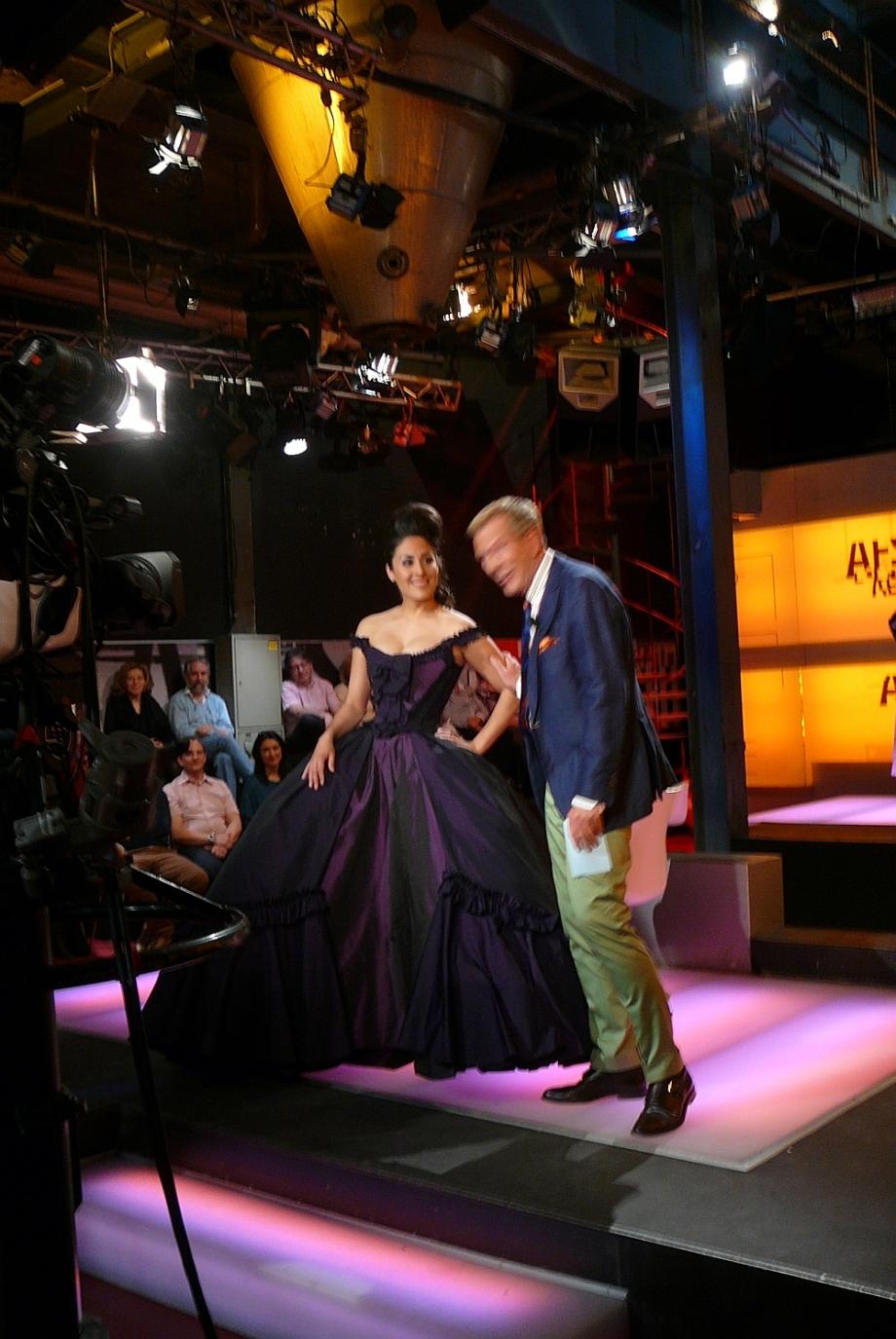 """Model von entre nous in der Couture Rokoko Robe in der Sendung """"Salonfächig"""" vom Kurt Aeschbacher"""