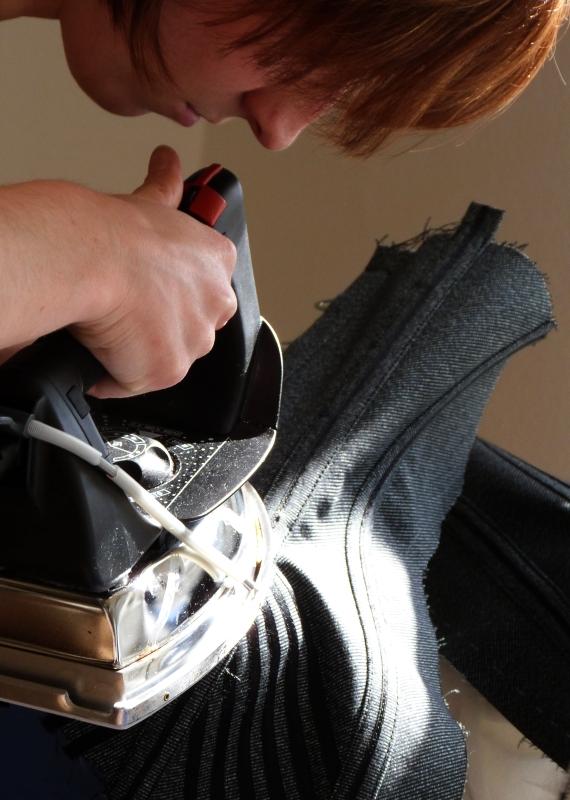 Korsettkurs - sorgfältige Vererbeitung ist ein Markenzeichen von Beata Sievi, das auch in den Kursen mit grossem Nachdruck vermittelt wird.
