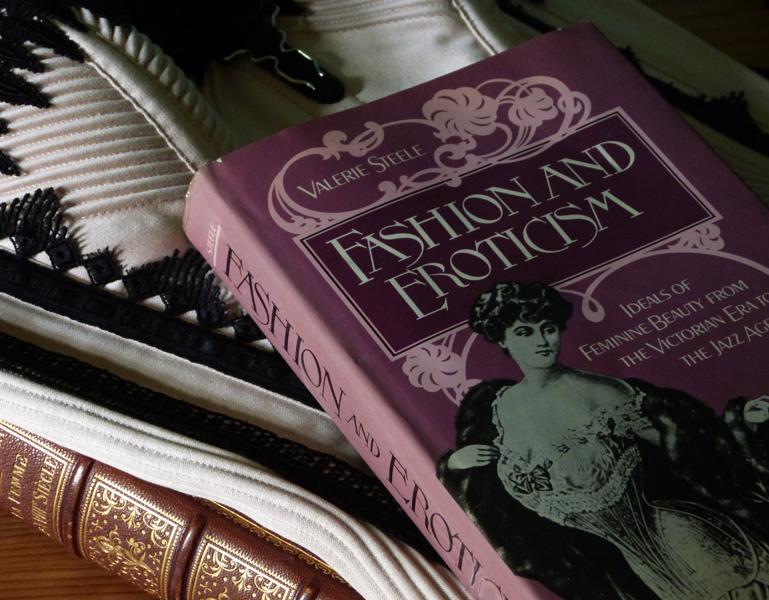 """Beata Sievi, Inhaberin des Korsett-Ateliers """"entre nous"""" empfiehlt das Buch """"Fashion and Eroticism"""" von valerie Steele"""