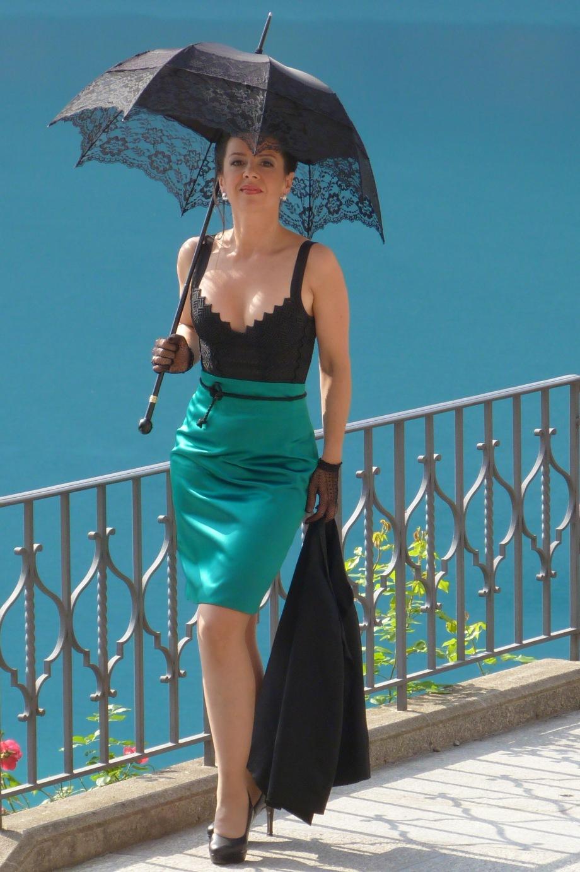 Mediterane Szenerie auf der Terasse des Hotels Giessbach - Beata Sievi im Apéro Outfit , Styling Kathrin Tollas