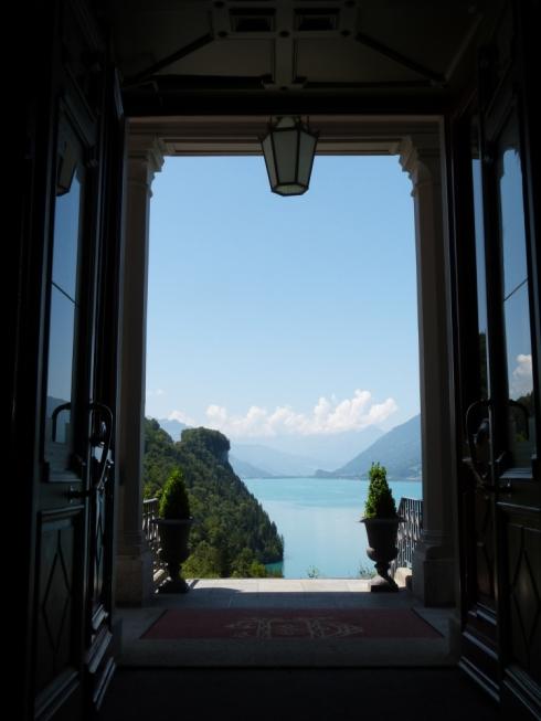 """Hotel Giessbach lädt mit der romantischen Szenerie dazu ein Kreationen von """"entre nous"""" zu tragen."""