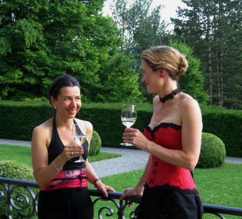 Korsettdesignerin Beata Sievi mit ihrer Kundin beim Sommerapero im Römerholz Park Winterthur.