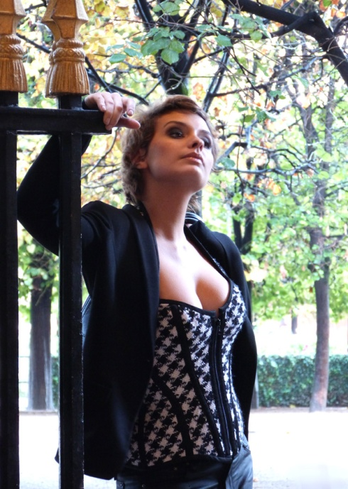 Sarah Ulysse im Spitzenbustier made by  « entre nous », Bild und Make-up Beata Sievi
