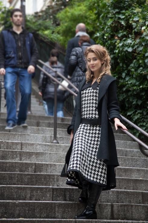 Vorbereitungen für die Bilder in Monmartre, Elerinne im pepita Kleid von entre nous