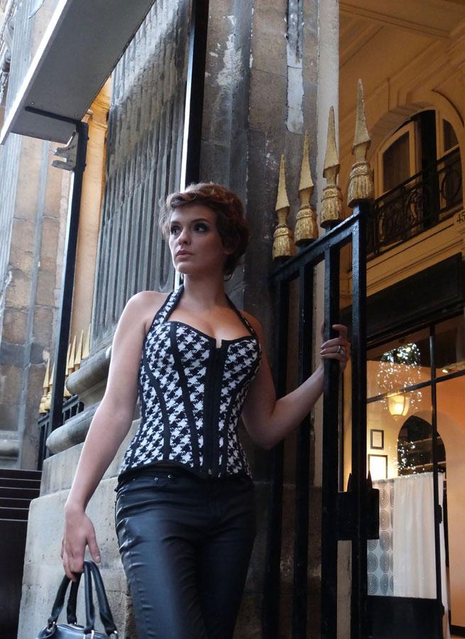 Schauspielerin Sarah Ulysse im pepita Korsett von Beata Sievi