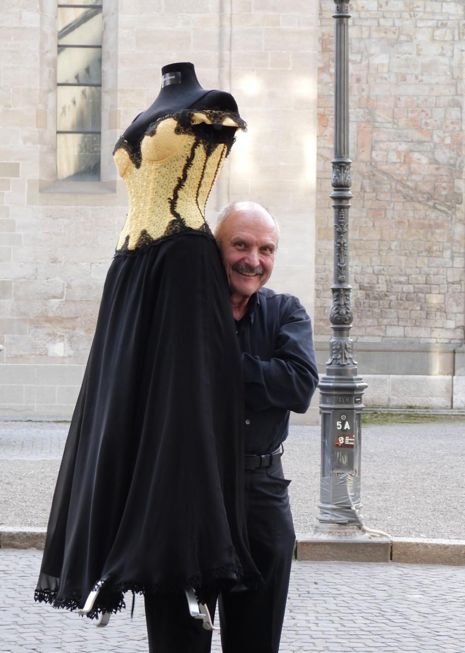 Rolf Schneider mit der entre nous Büste