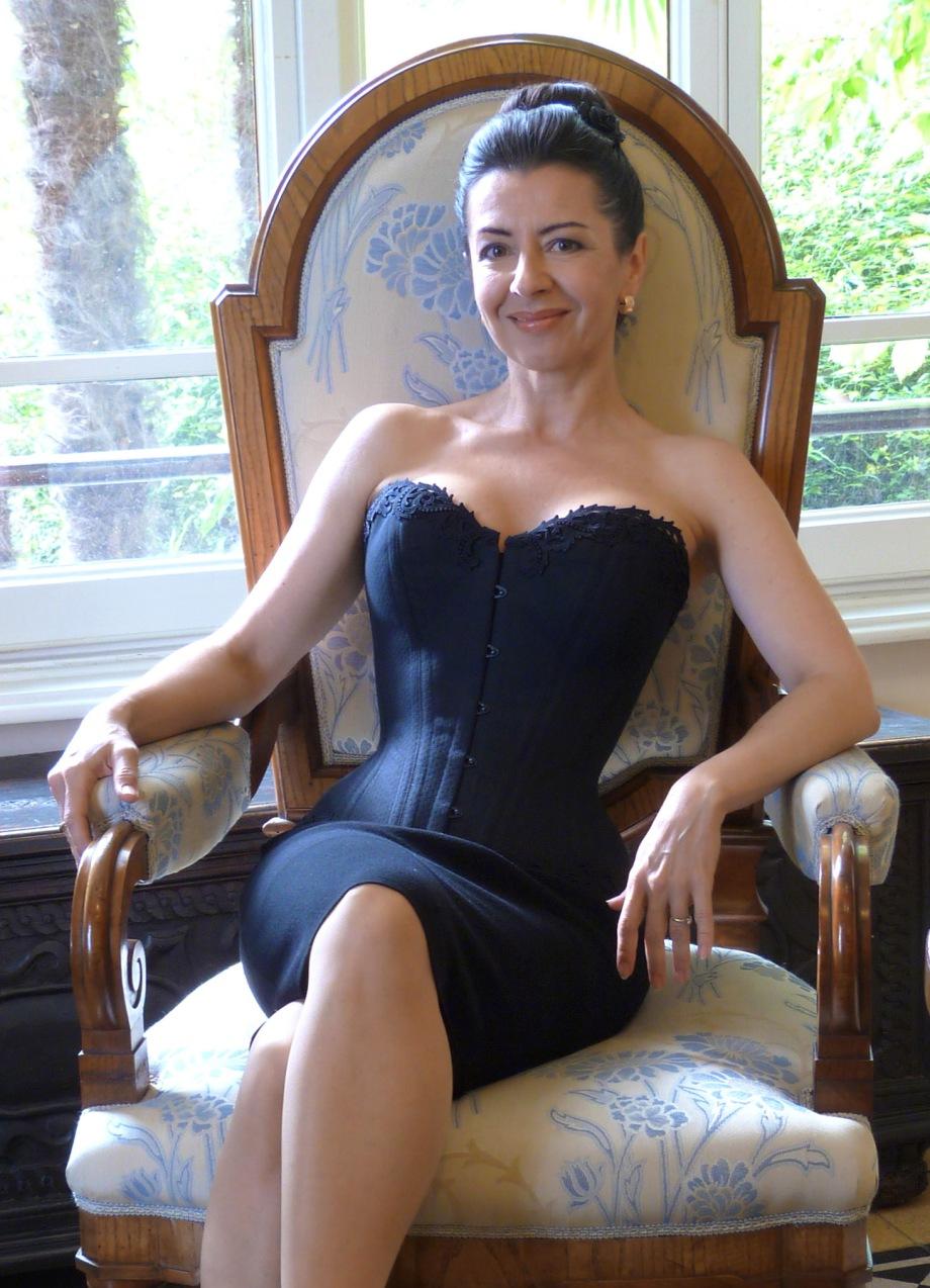 """Beata Sievi, Inhaberin des Ateliers """"entre nous"""" in neuem prêt-à-porter corset"""