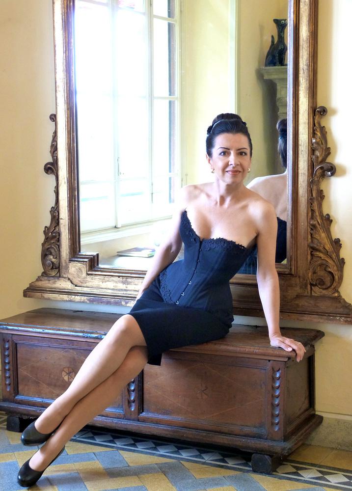 """Beata Sievi Corset Artist in einem neuen Korsett aus der prêt-a-porter de luxe Kollektion. Erhältlich im Showroom des Ateliers """"entre nous"""" , Obergasse 15, Winterthur"""
