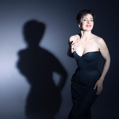 Beata Sievi Corset Artist im schwarzen Satin Korsett, Bild: Nicolas Bazo