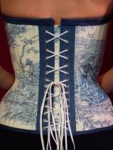 Besonders reizende und spielerische Form vom Dekollete im Masskorset von beata Sievi Corset Artist aus Winterthur