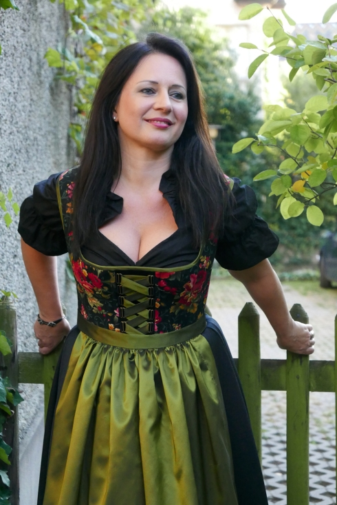 daniela-in-dirndl-by-beata-sievi