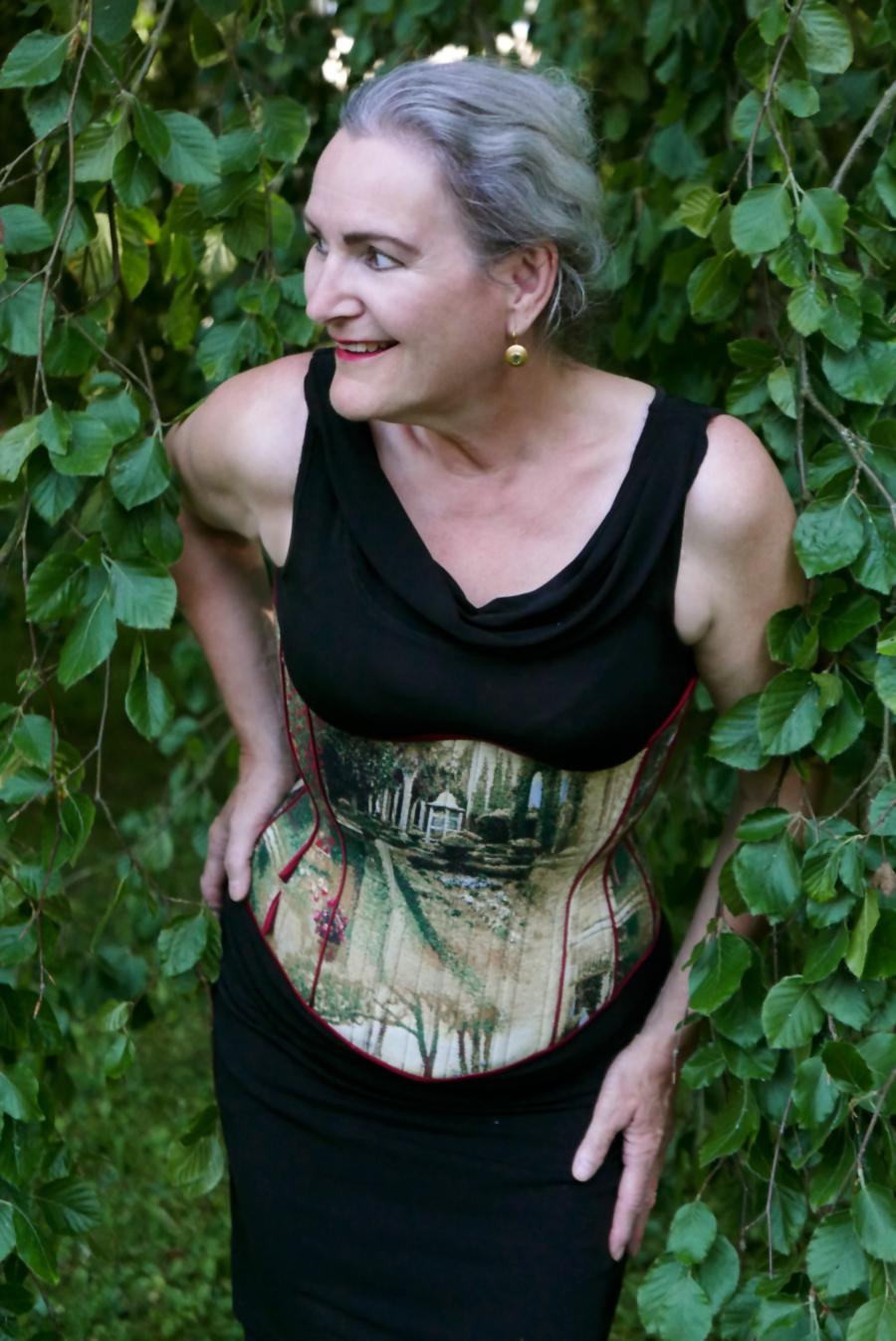 """""""Tränen des Eros"""" - Kundin posiert für Fotoaufnahmen in einem romantischen Garten in Winterthur, Bild: Beata Sievi"""