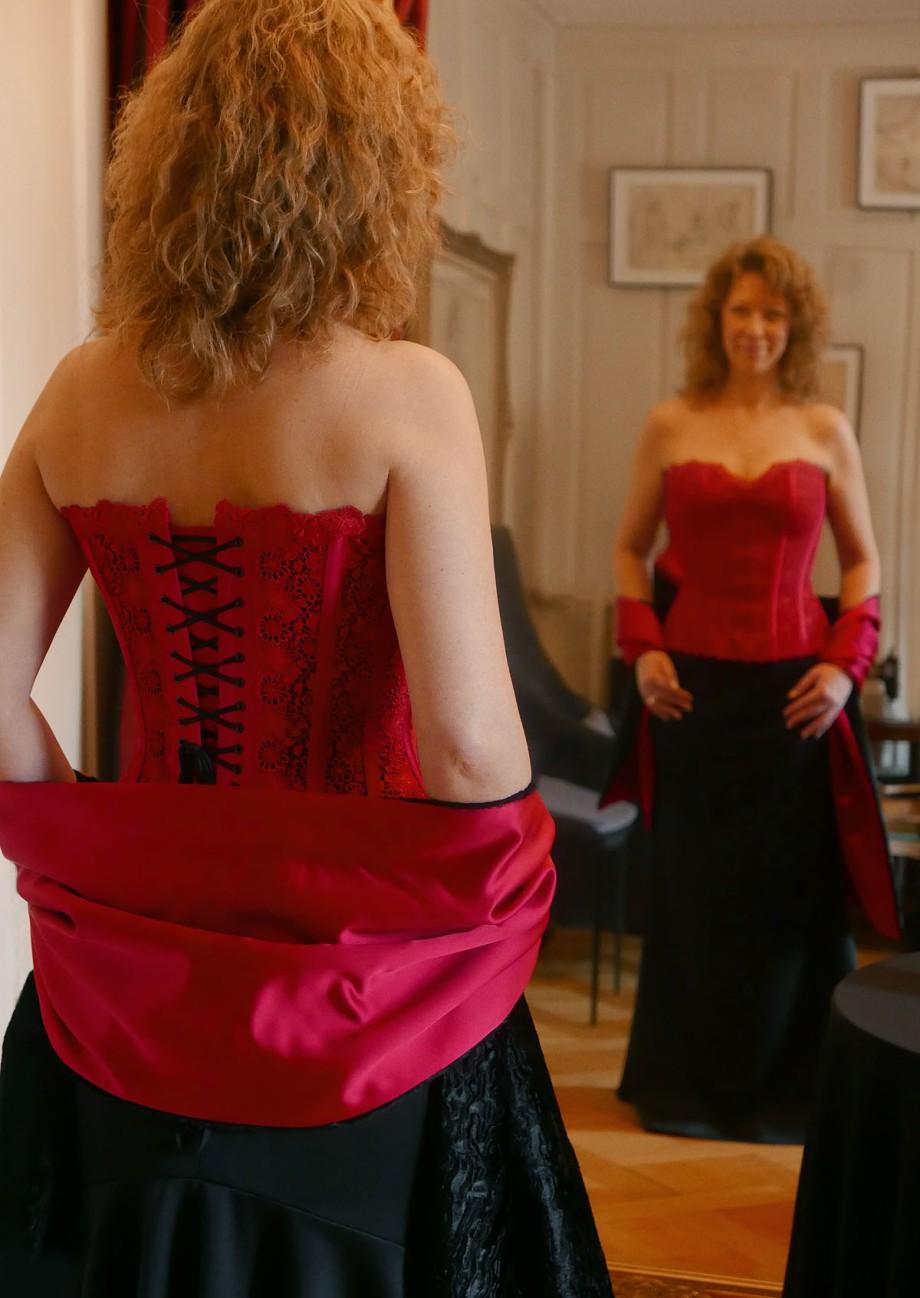 Korsett aus St.Galler-Spitze - Massanfertigung bei Beata Sievi Korsett Artist