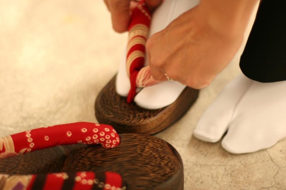 Anziehen eines Kimonos, Bild: Liliane Eberle