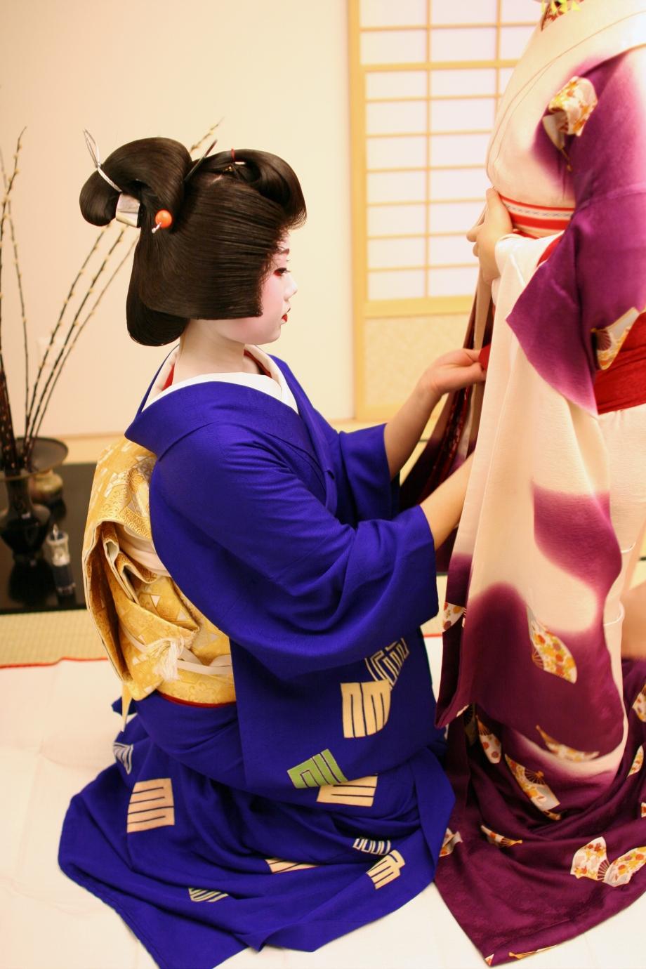 Geishas ziehen die Kimonos an, Bild: Liliane Eberle